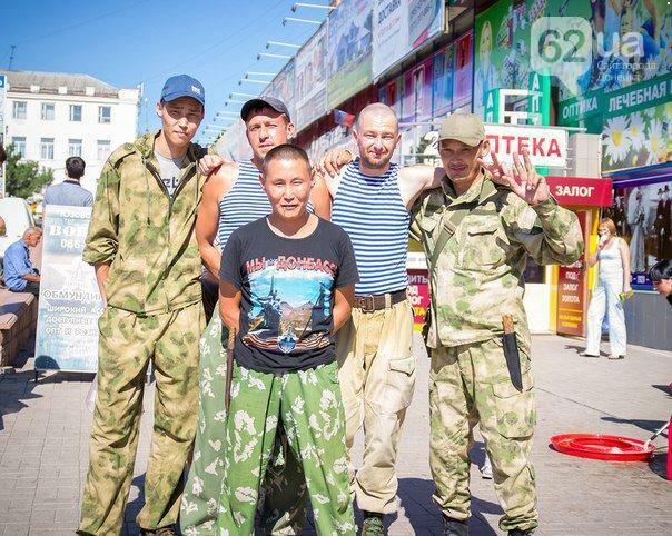 «Мы — Донбасс»: Русско-бурятские наемники сфотографировались в центре Донецка (ФОТО), фото-1