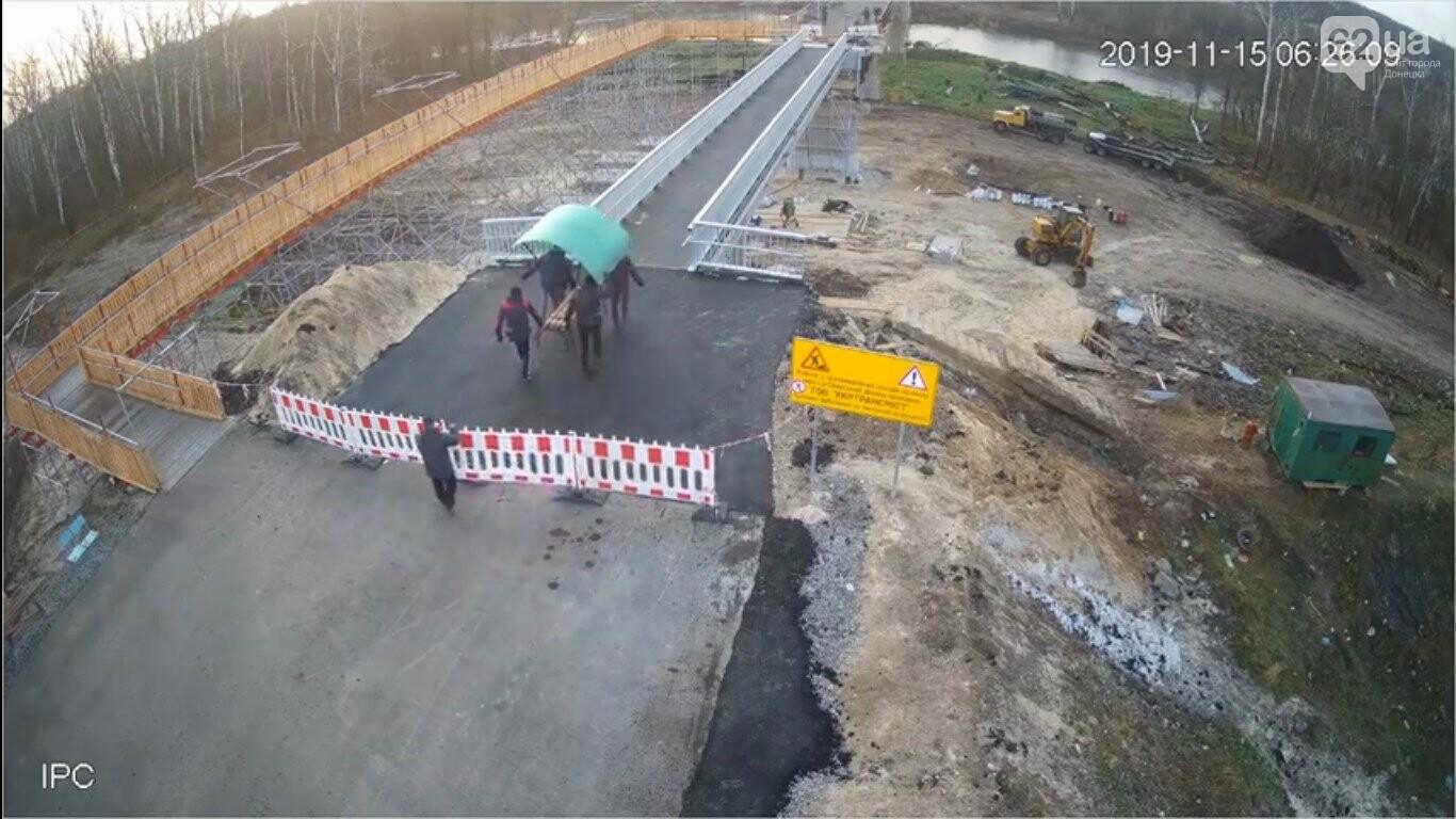 «Верните скамейку, гады!»: жители «ЛНР» стащили лавку с недостроенного моста в Станице Луганской, - ФОТО, ВИДЕО, фото-1