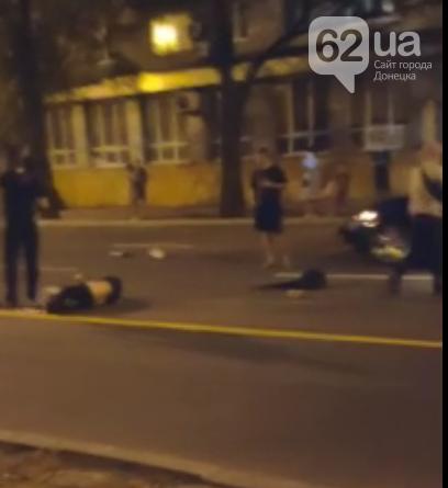 Страшное ДТП в центре Донецка: три автомобиля устроили гонки и сбили двух человек на пешеходном переходе, фото-1