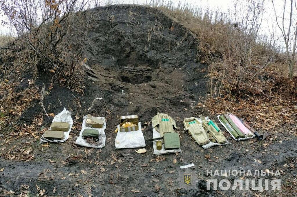 В Донецкой области нашли тайник с гранатометами и боеприпасами, - ФОТО, фото-1