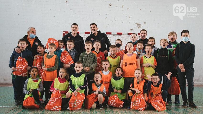 Футболисты «Шахтера» побывали в городах на линии разграничения в Донецкой области, - ФОТО, фото-6