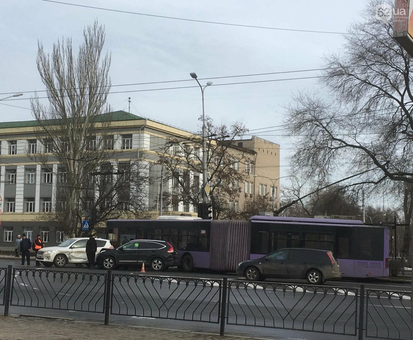 Тройное ДТП в центре Донецка: столкнулись троллейбус и два джипа, - ФОТО, фото-1