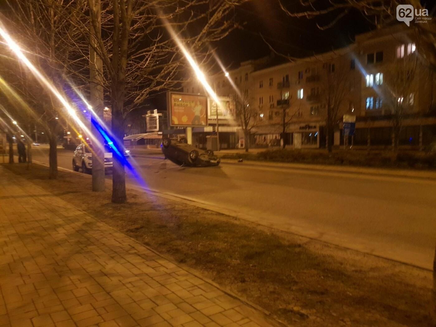В центре Донецка авто перевернулось вверх колесами, - ФОТО, фото-1
