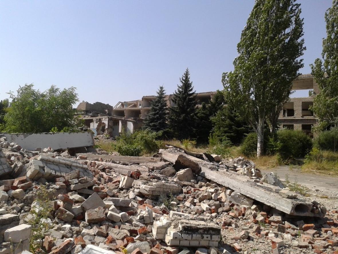 Пережило фашистов, но не «ДНР»: в Макеевке разбирают на кирпичи здание бывшего интерната (ФОТО), фото-1