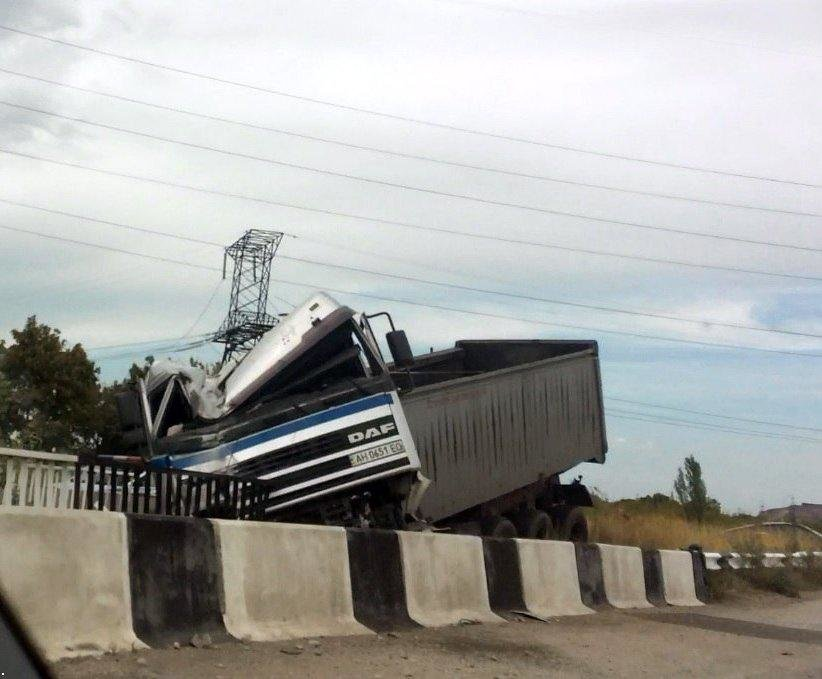 В Донецке с моста слетела фура (ФОТО), фото-1