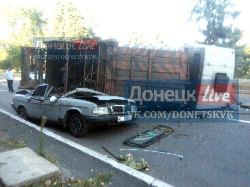 В Донецке перевернувшийся  мусоровоз раздавил всмятку «Волгу» (ФОТО), фото-1