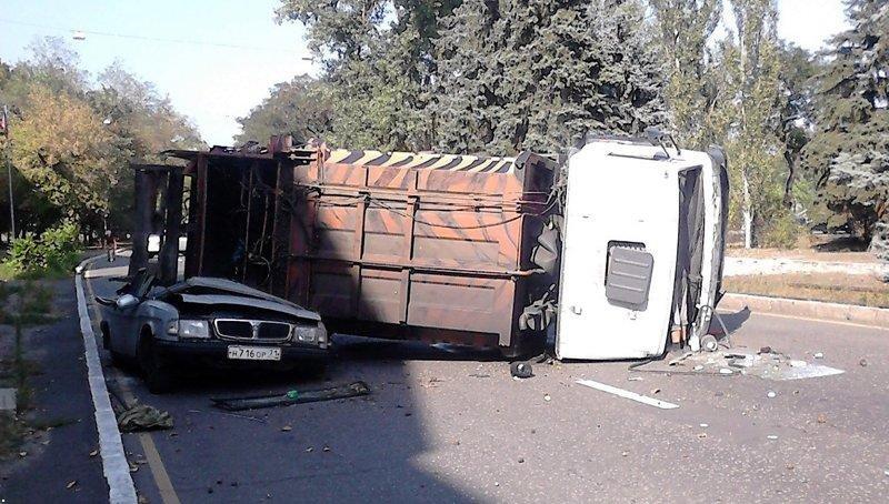 В Донецке перевернувшийся  мусоровоз раздавил всмятку «Волгу» (ФОТО), фото-2