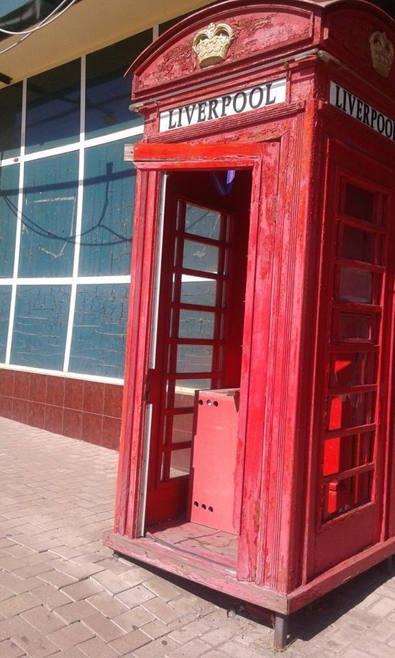 Во что превратилась в оккупированном Донецке телефонная будка клуба «Ливерпуль» (ФОТО), фото-1
