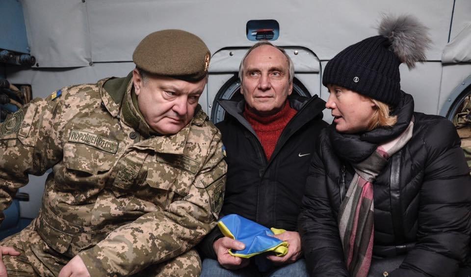 Порошенко встретил освобожденных из плена ОРДЛО украинских заложников (ВИДЕО), фото-1