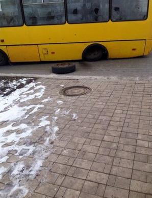 В центре Донецка у машрутки на ходу отвалилось колесо (ФОТОФАКТ), фото-1