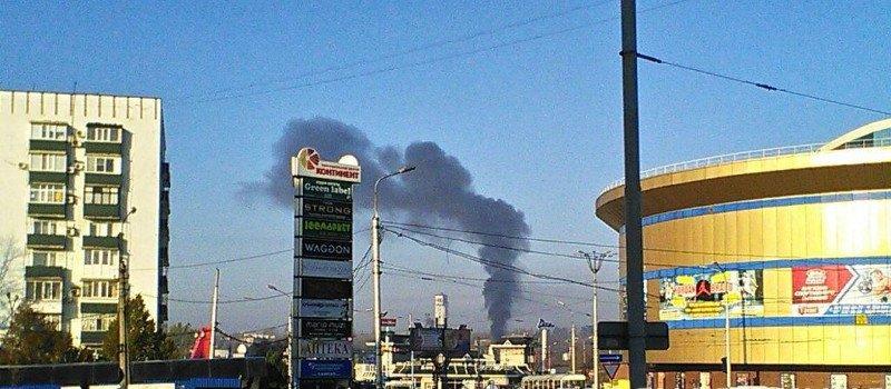 В центре Донецка пожар: Cнова горит здание бывшего дельфинария (Фото), фото-1
