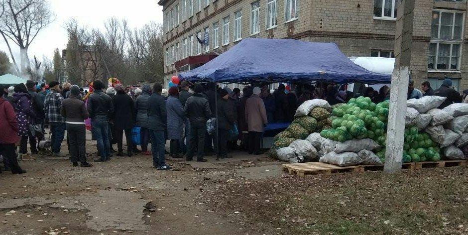 Дешевые овощи и лотерея: Как в Донецке заманивают на псевдовыборы (Фото), фото-1