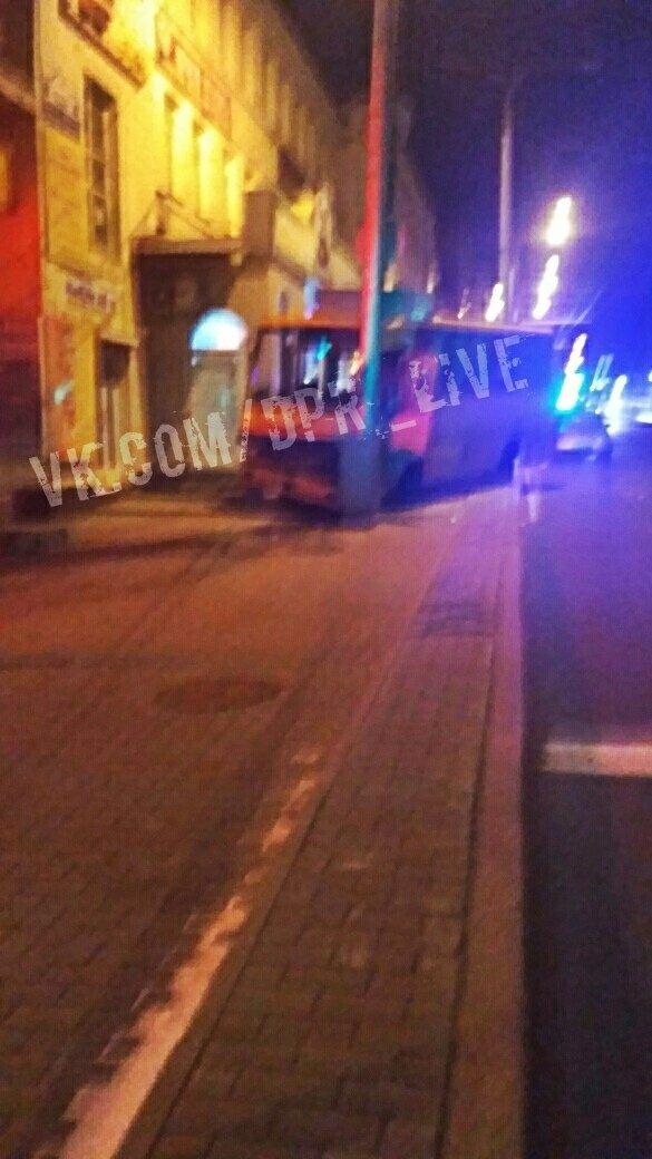В центре Донецка автобус врезался в электроопору, - ФОТО, фото-1