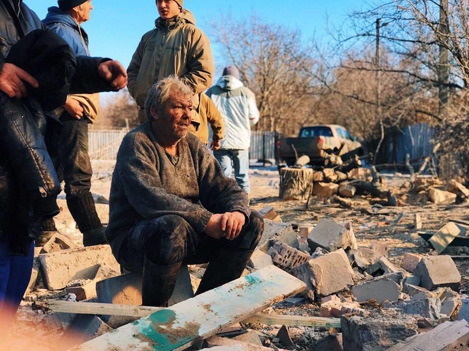 Российские оккупанты обстреляли поселок Новолуганское: разрушен частный дом, - ФОТО, фото-4