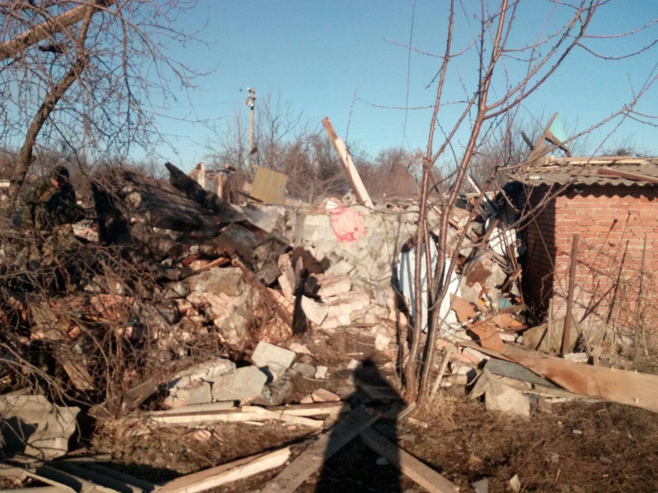 Российские оккупанты обстреляли поселок Новолуганское: разрушен частный дом, - ФОТО, фото-5