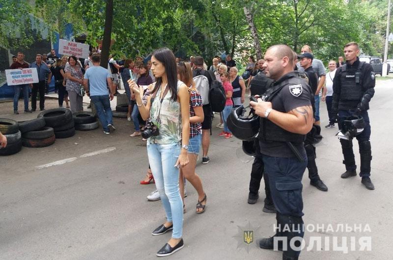 Из-за столкновений возле ОИК в Покровск отправили спецназ на вертолетах, - ФОТО , фото-4