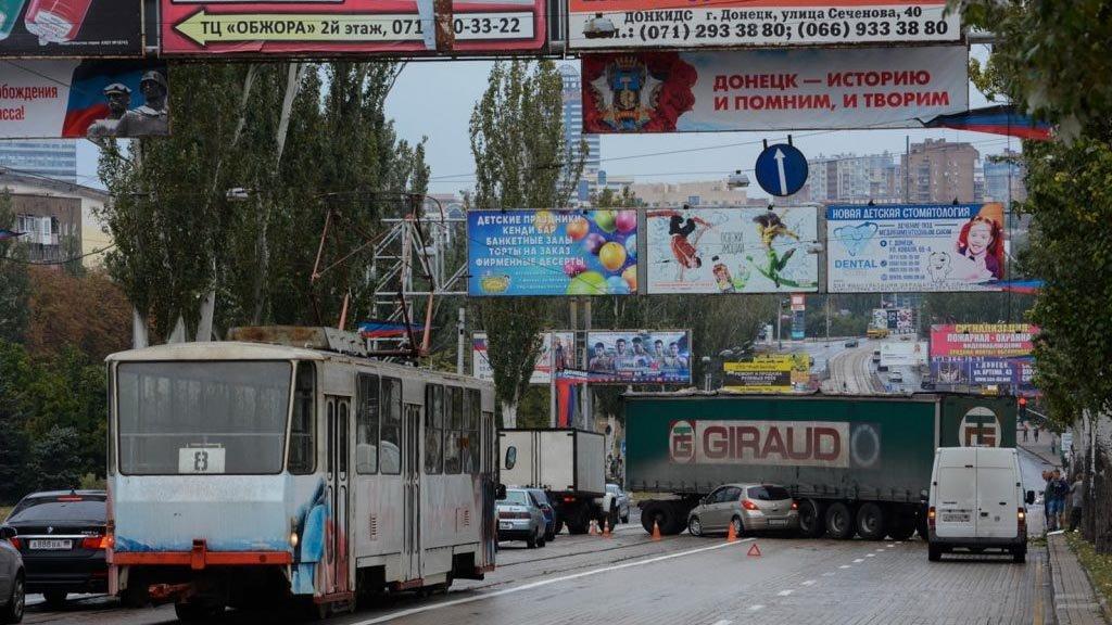 В центре Донецка «КАМАЗ» столкнулся с «Ниссан»: пострадали два человека, - ФОТО, фото-1