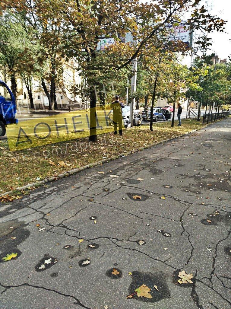 В центре Донецка автомобиль врезался в электроопору, - ФОТО, фото-2