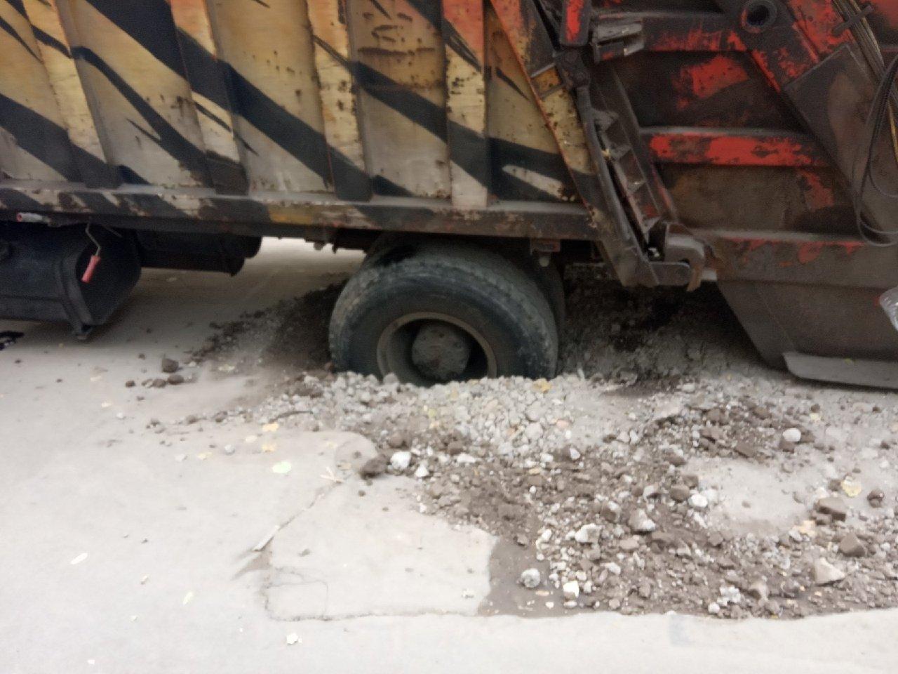 В центре Донецка провалился и застрял мусоровоз, - ФОТО, фото-1