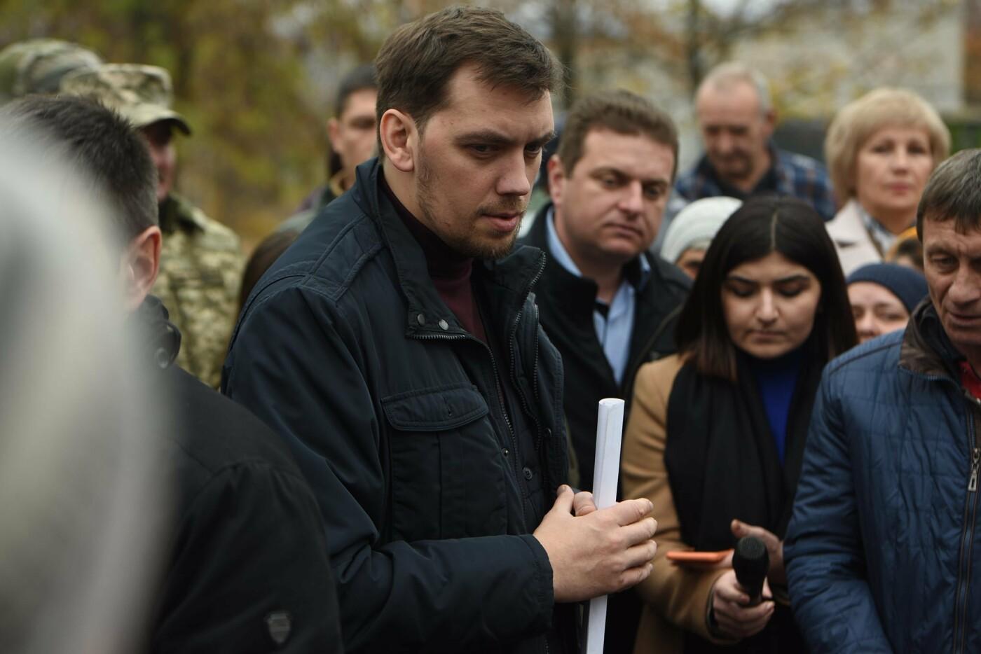 Премьер посетил село в Донецкой области, которое находится на линии разграничения, - ФОТО, фото-1