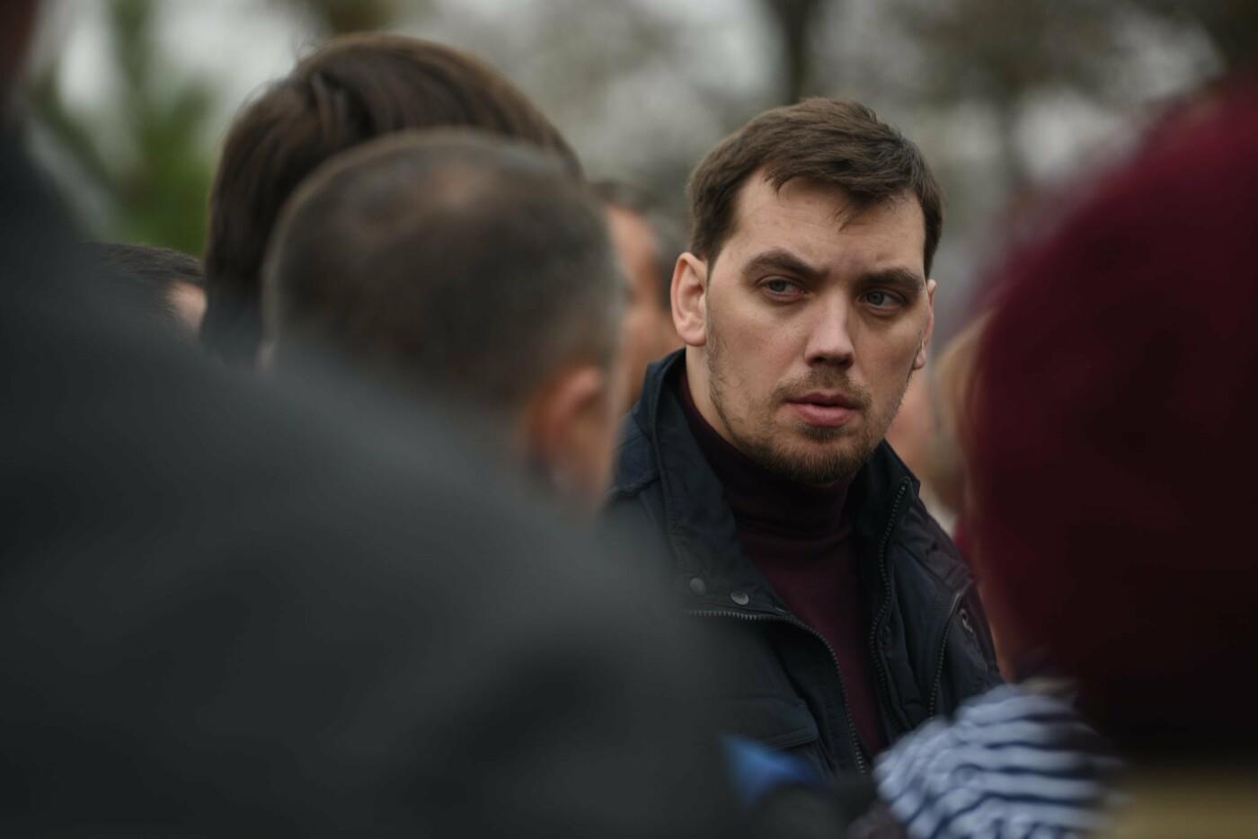 Премьер посетил село в Донецкой области, которое находится на линии разграничения, - ФОТО, фото-2