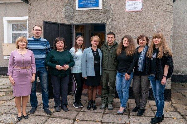 Учителя в Золотом, с которыми фотографировался Зеленский, заявили что не имеют ничего общего с сепаратистами, - ВИДЕО, фото-1