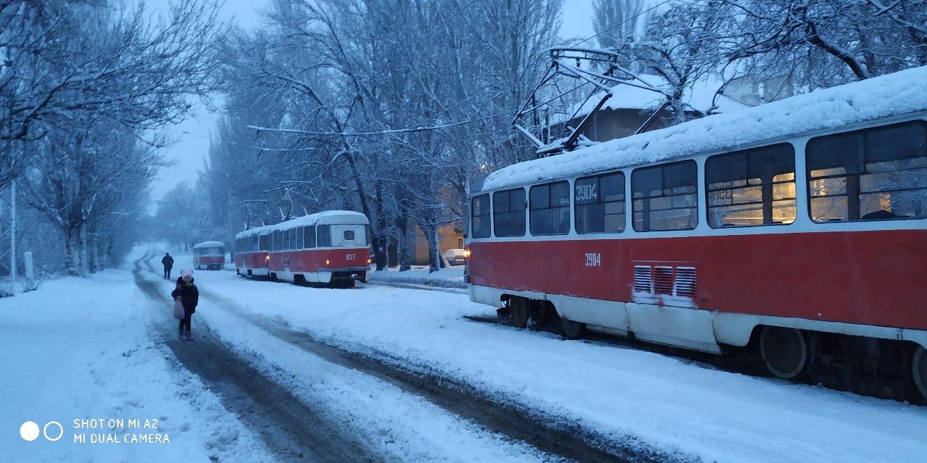 В Донецке из-за снегопада возник транспортный коллапс, - ФОТО, фото-1