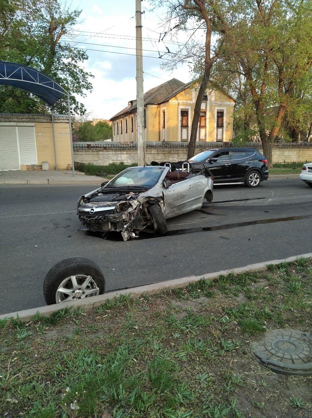 В Донецке в результате ДТП кабриолет остался без колес, - ФОТО, фото-2