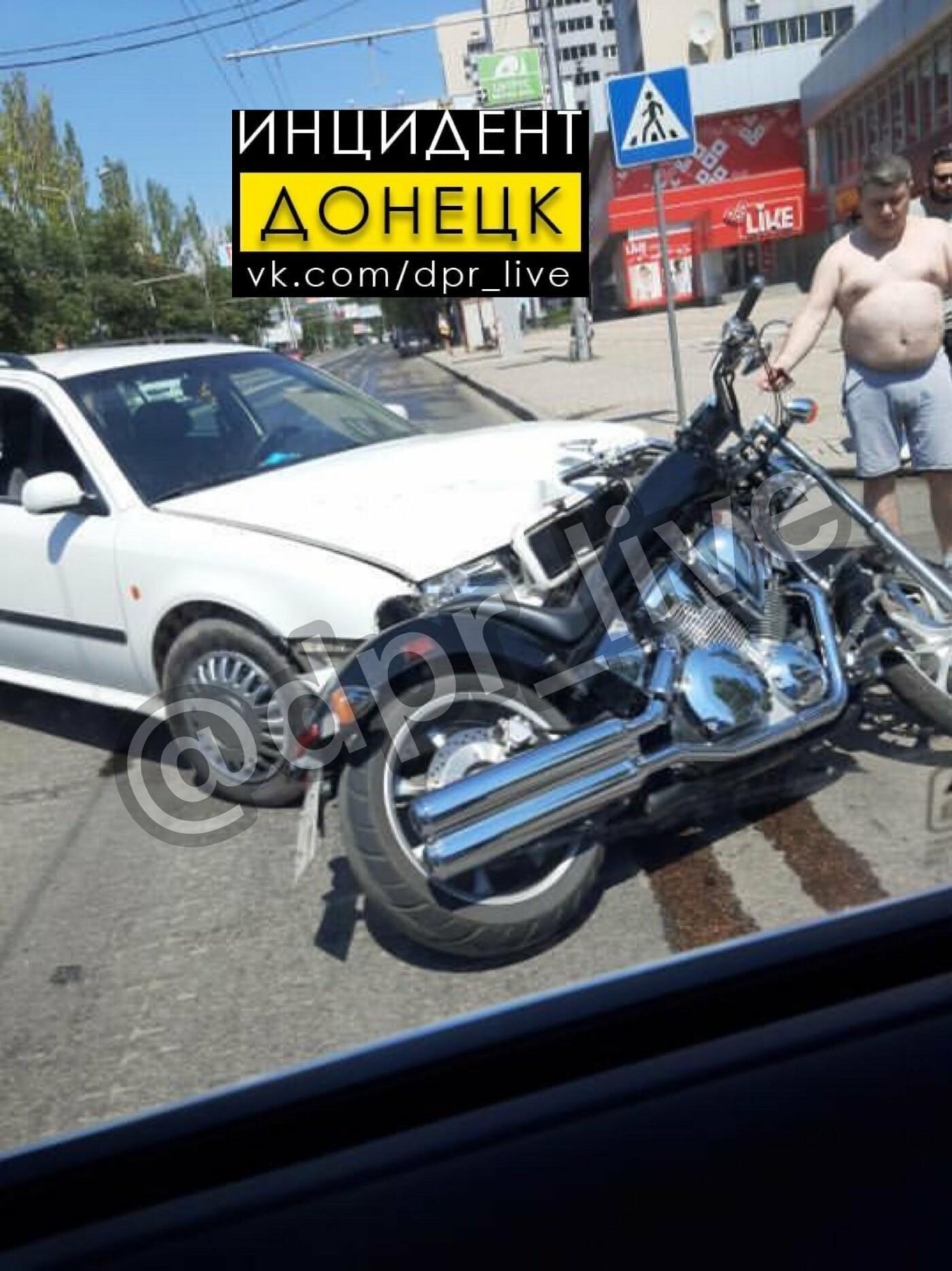 В центре Донецка мотоциклист врезался в «Шкоду», - ФОТО , фото-1