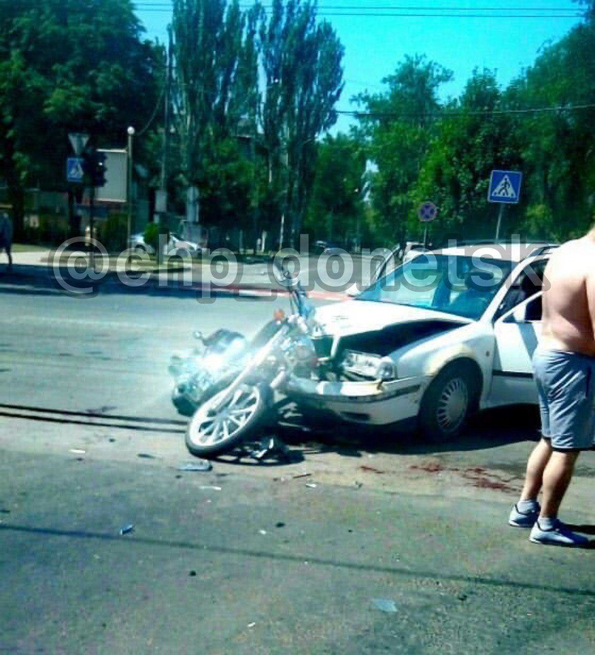 В центре Донецка мотоциклист врезался в «Шкоду», - ФОТО , фото-2