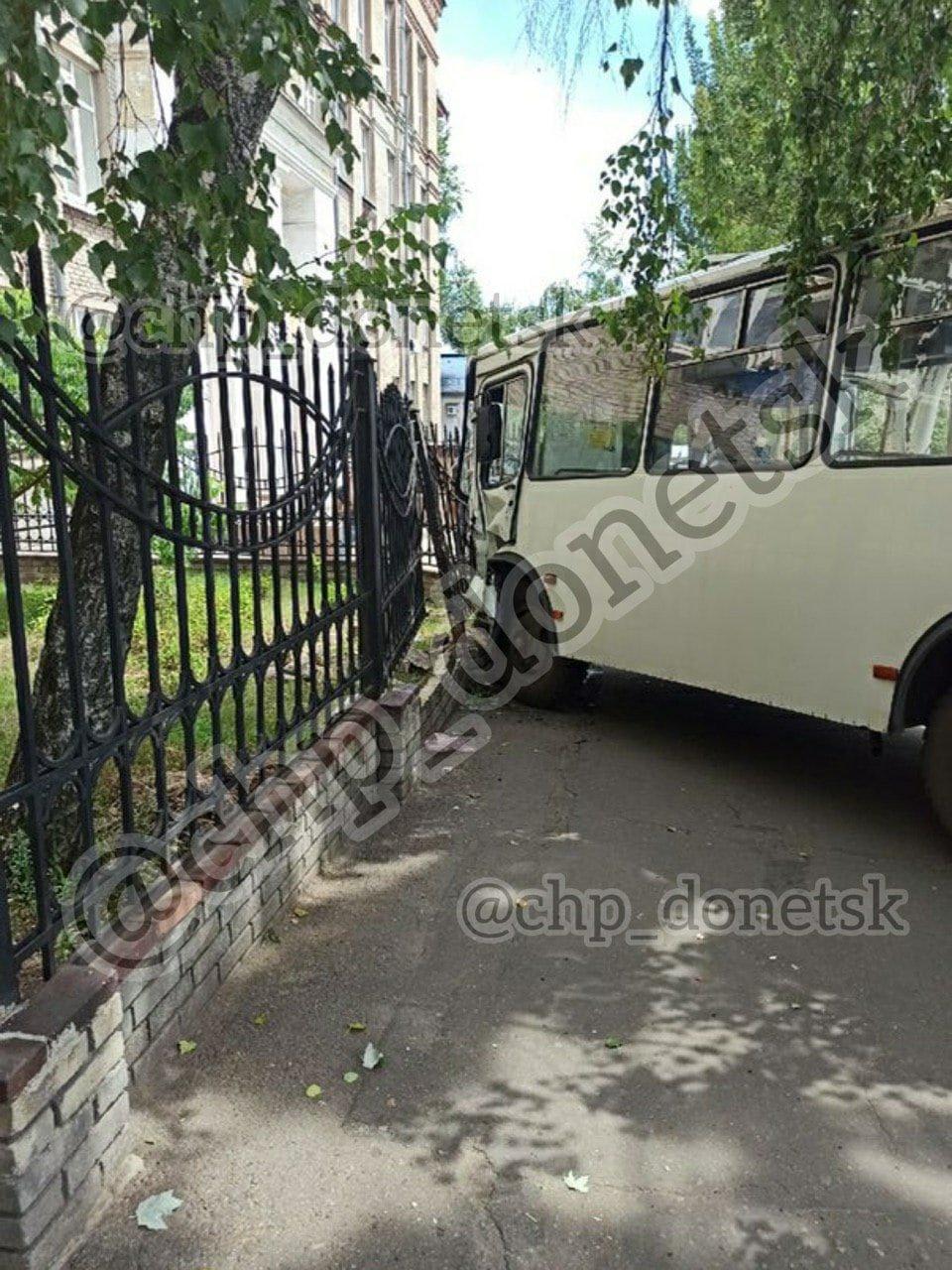 В центре Донецке автобус врезался в ограждение, - ФОТО, фото-2