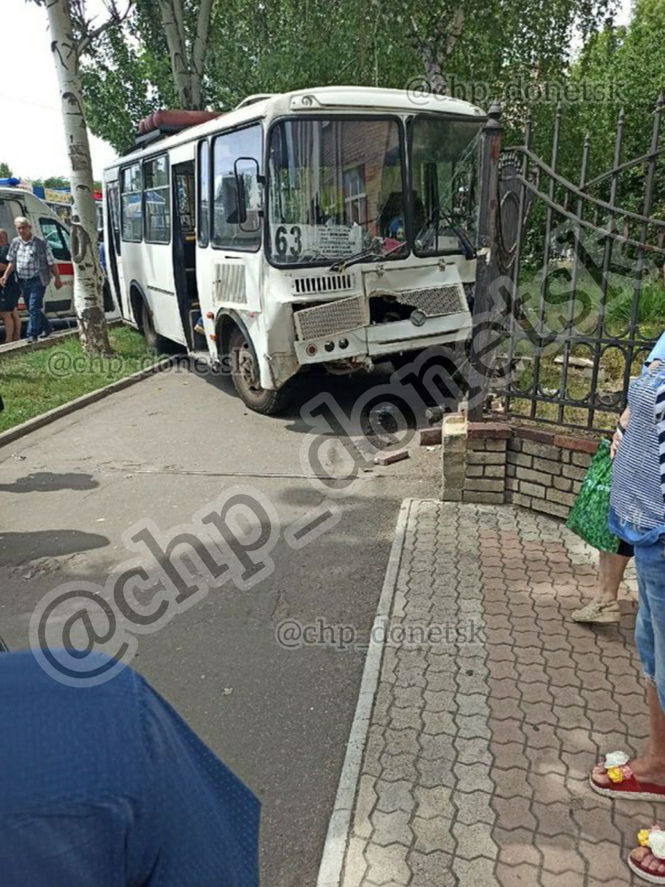 В центре Донецке автобус врезался в ограждение, - ФОТО, фото-1