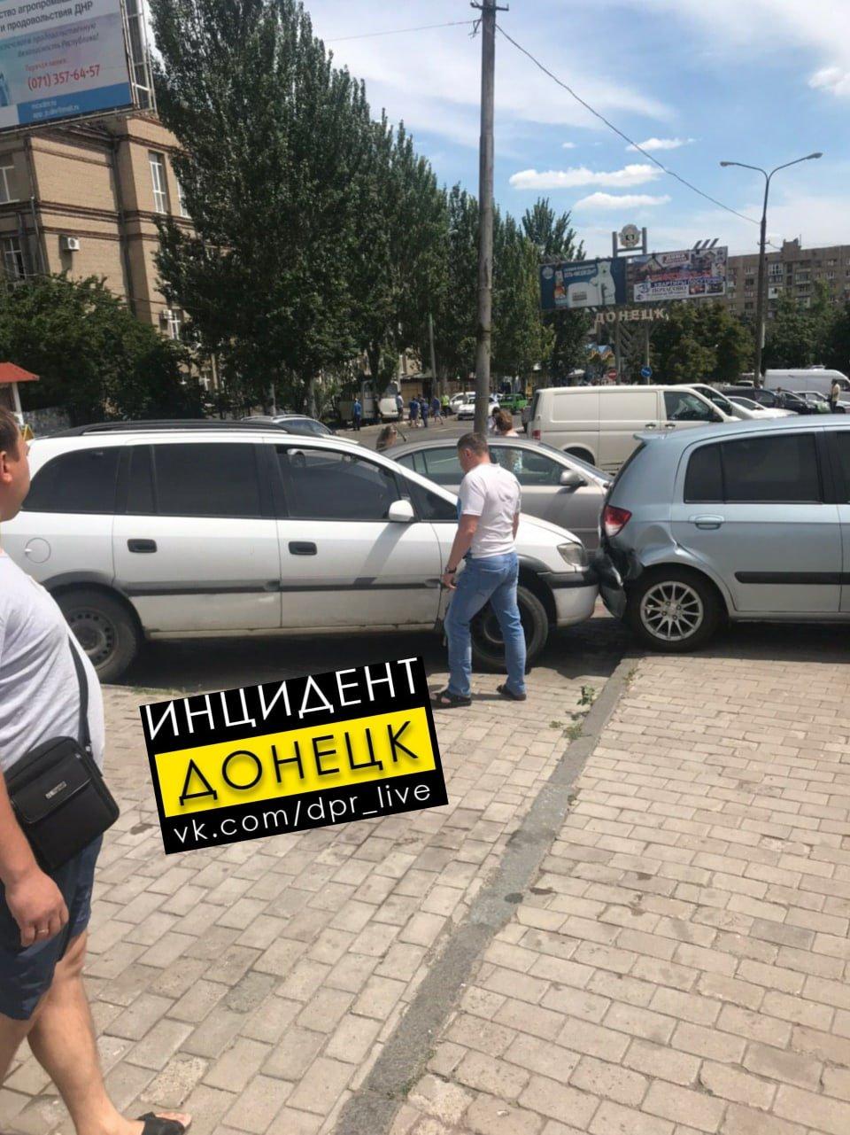В центре Донецке автобус врезался в ограждение, - ФОТО, фото-3