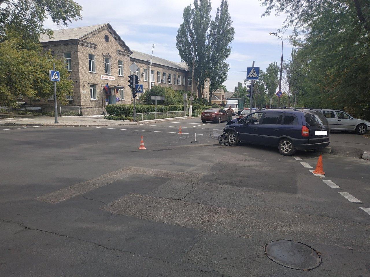 В центре Донецка в результате столкновения «Опеля» и «Фольксвагена» пострадал пешеход, - ФОТО, фото-1