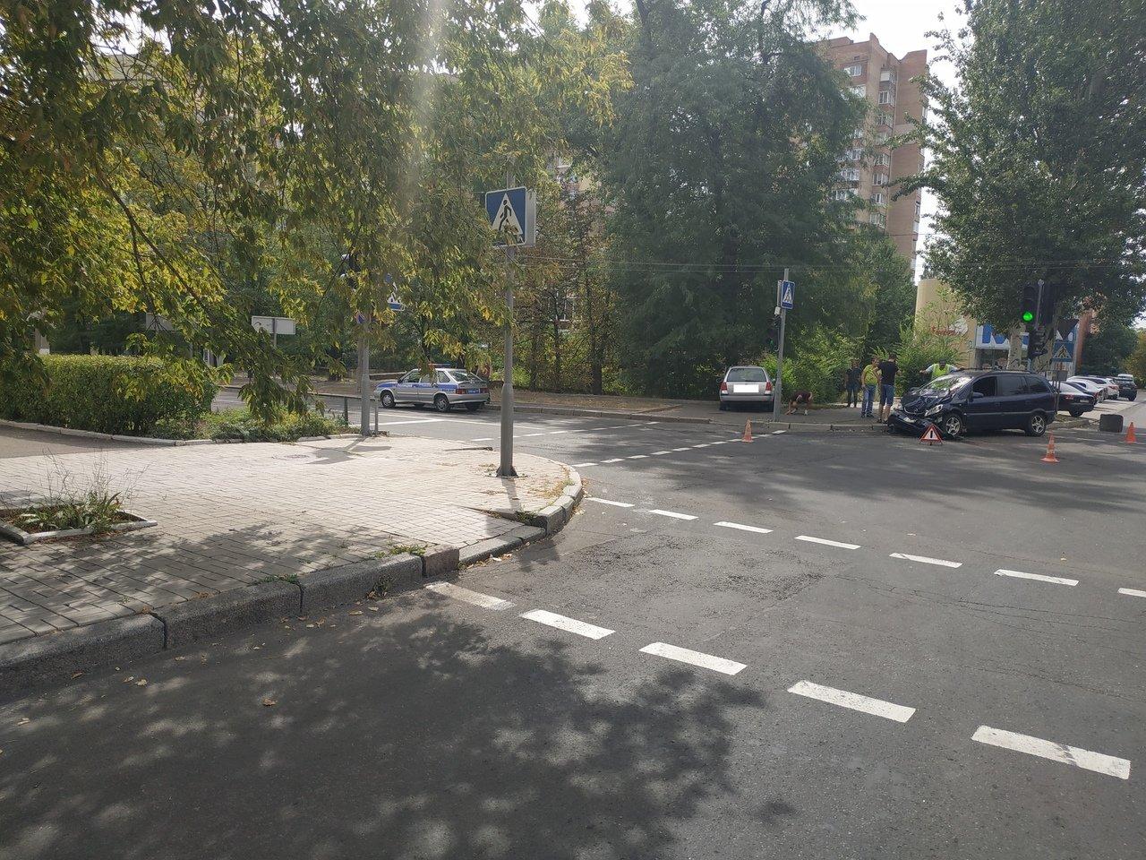 В центре Донецка в результате столкновения «Опеля» и «Фольксвагена» пострадал пешеход, - ФОТО, фото-2