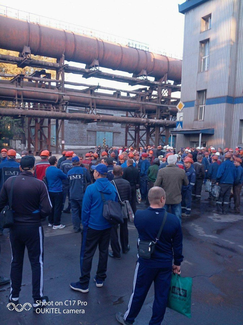 На Енакиевском металлургическом заводе прошел митинг: рабочие требовали погашения долгов по зарплате, - ФОТО, фото-1