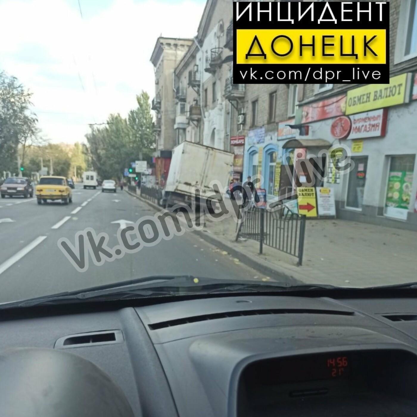 xosscjlzm4 5f8acde260522 - В Донецке у «Газели» отказали тормоза и она «притормозила» об ограду тротуара, - ФОТО