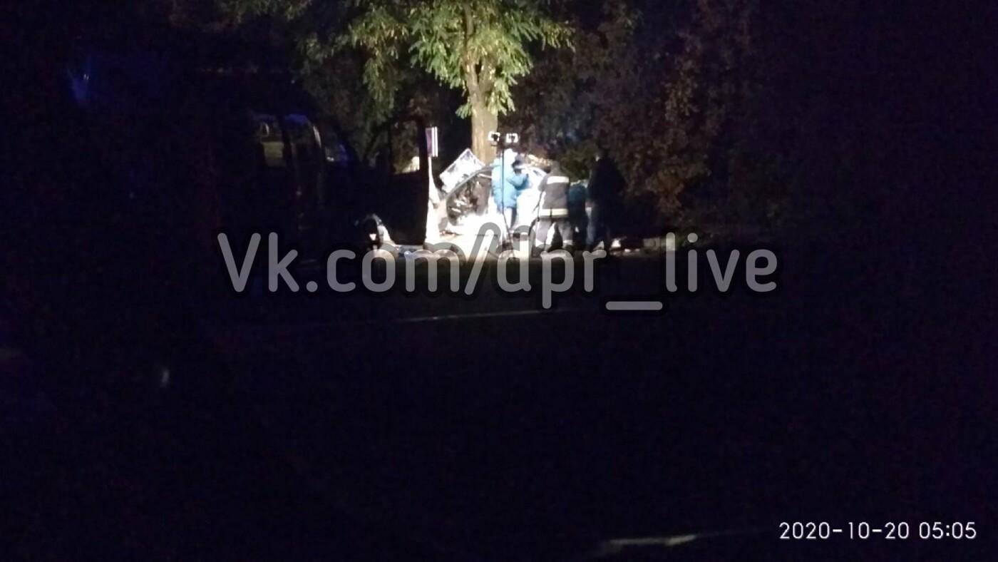 В Донецке автомобиль влетел в дерево: погиб водитель, - ФОТО, фото-1