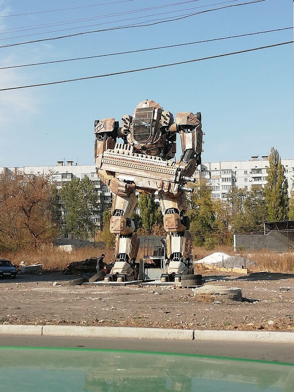 «Когда на параде пойдет?» - в Донецке соорудили огромного Автобота, - ФОТО, фото-1