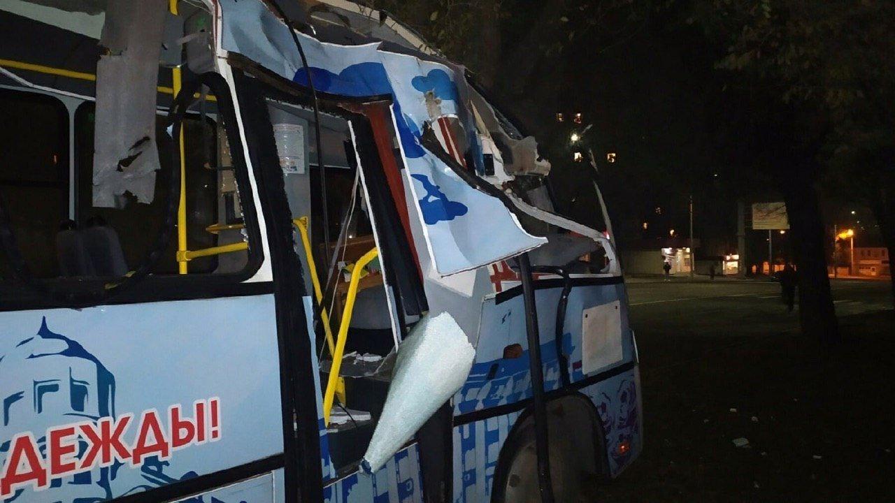 В Донецке автобус врезался в дерево, - ФОТО, фото-2