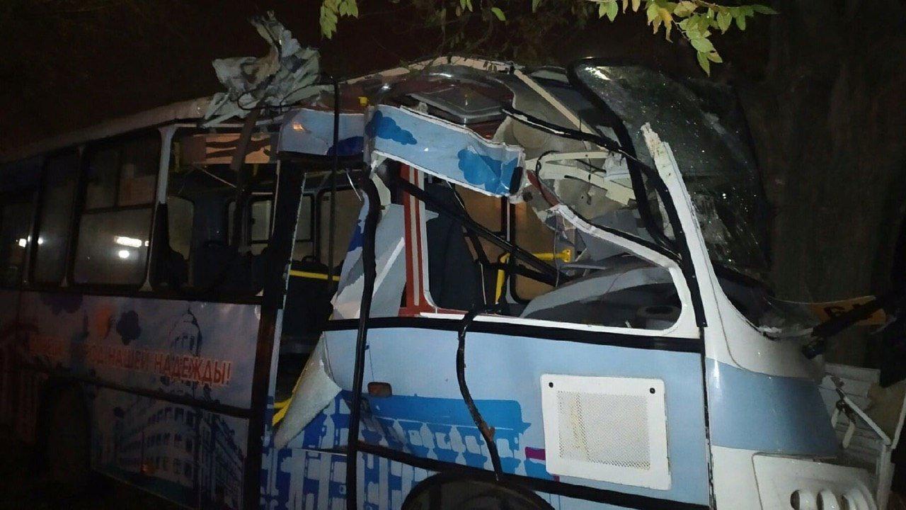 В Донецке автобус врезался в дерево, - ФОТО, фото-1