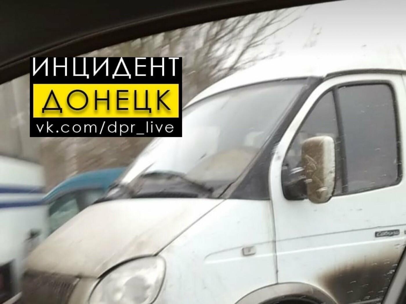 В центре Донецка неуправляемая «Газель» покатилась с парковки и врезалась в автобус, - ФОТО, фото-1