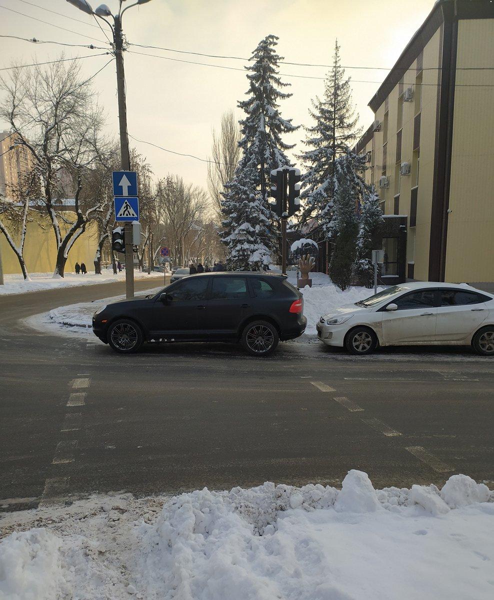 В Донецке чиновник оккупационной администрации припарковал свой автомобиль на пешеходном переходе, - ФОТО, фото-1