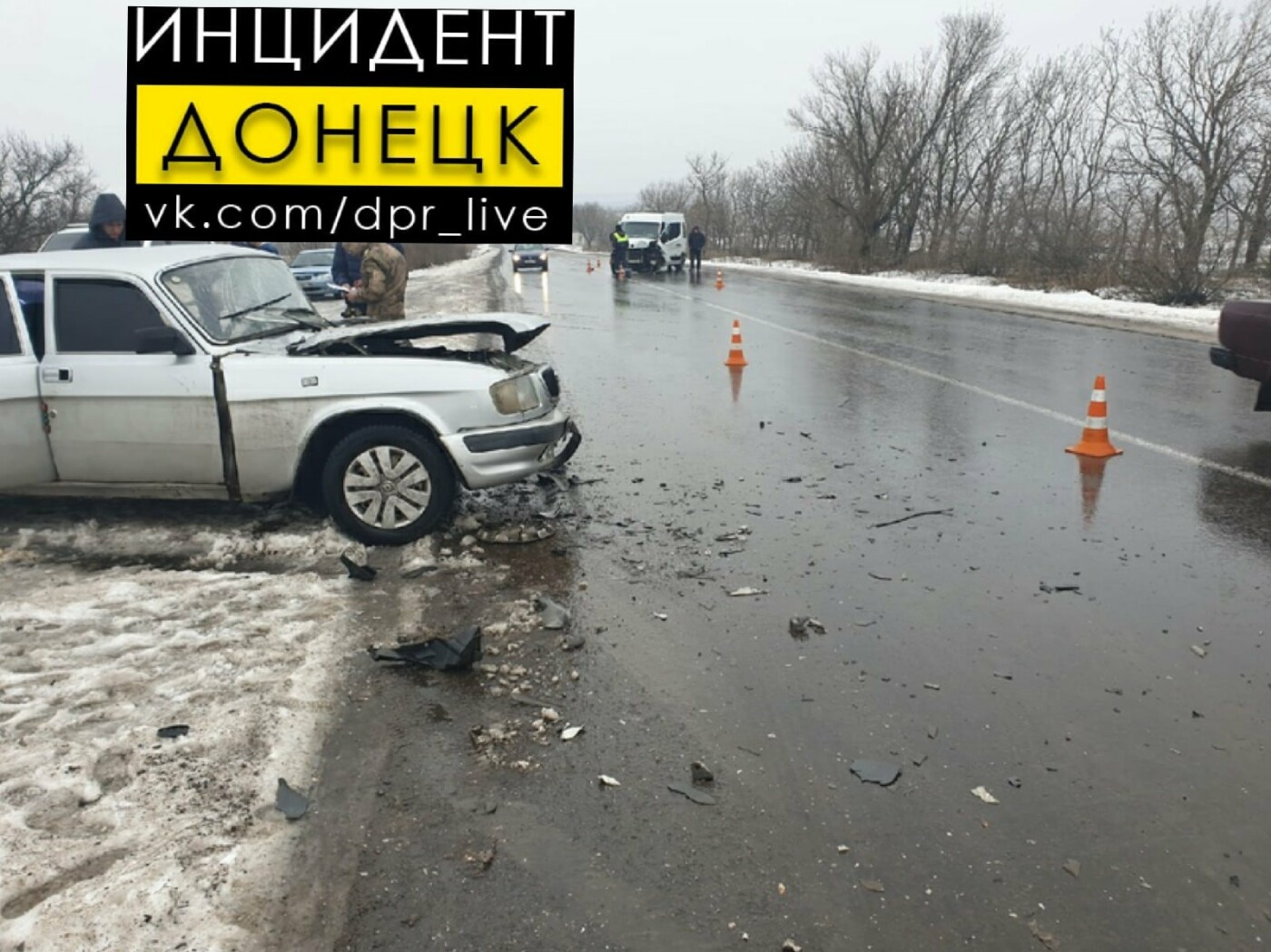 В «ДНР» произошло лобовое столкновение микроавтобуса и «Волги», - ФОТО, фото-1