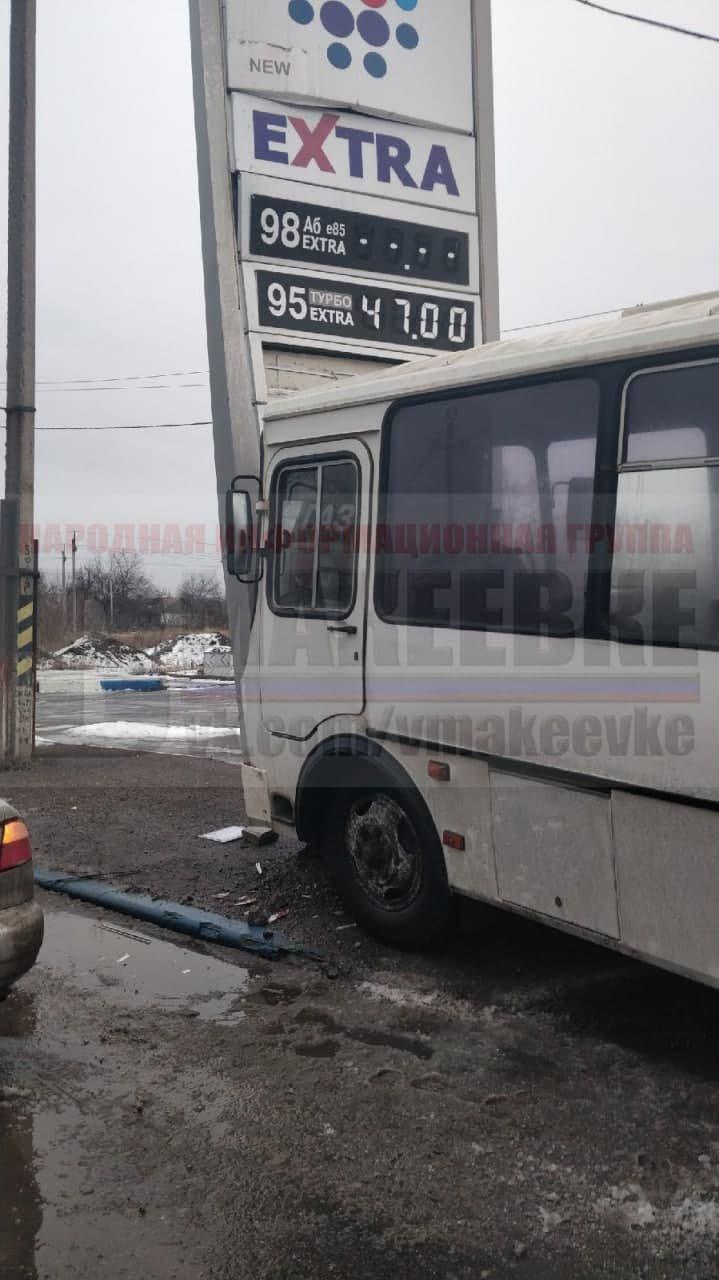 В оккупированной Макеевке пьяный водитель автобуса сбил двух человек, а потом врезался в стелу АЗС - ФОТО, фото-2