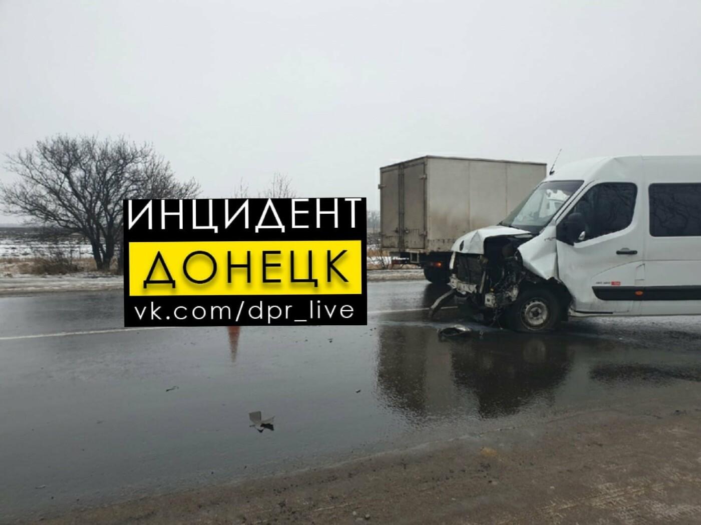 В «ДНР» произошло лобовое столкновение микроавтобуса и «Волги», - ФОТО, фото-2