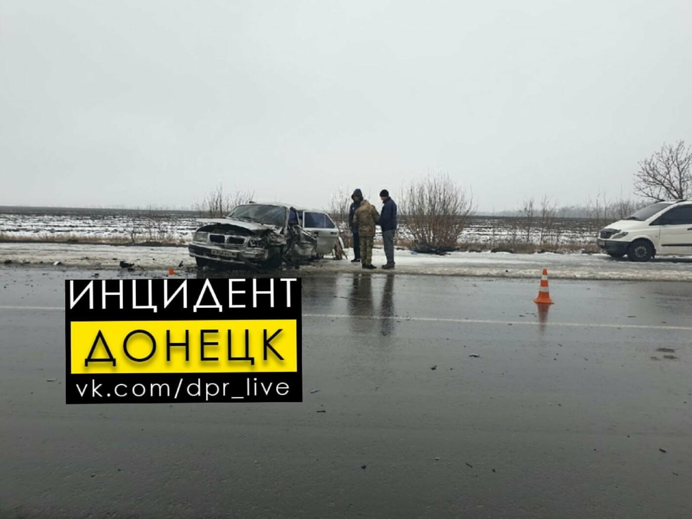 В «ДНР» произошло лобовое столкновение микроавтобуса и «Волги», - ФОТО, фото-3