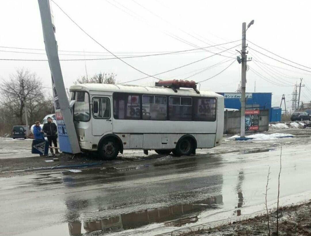 В оккупированной Макеевке пьяный водитель автобуса сбил двух человек, а потом врезался в стелу АЗС - ФОТО, фото-1
