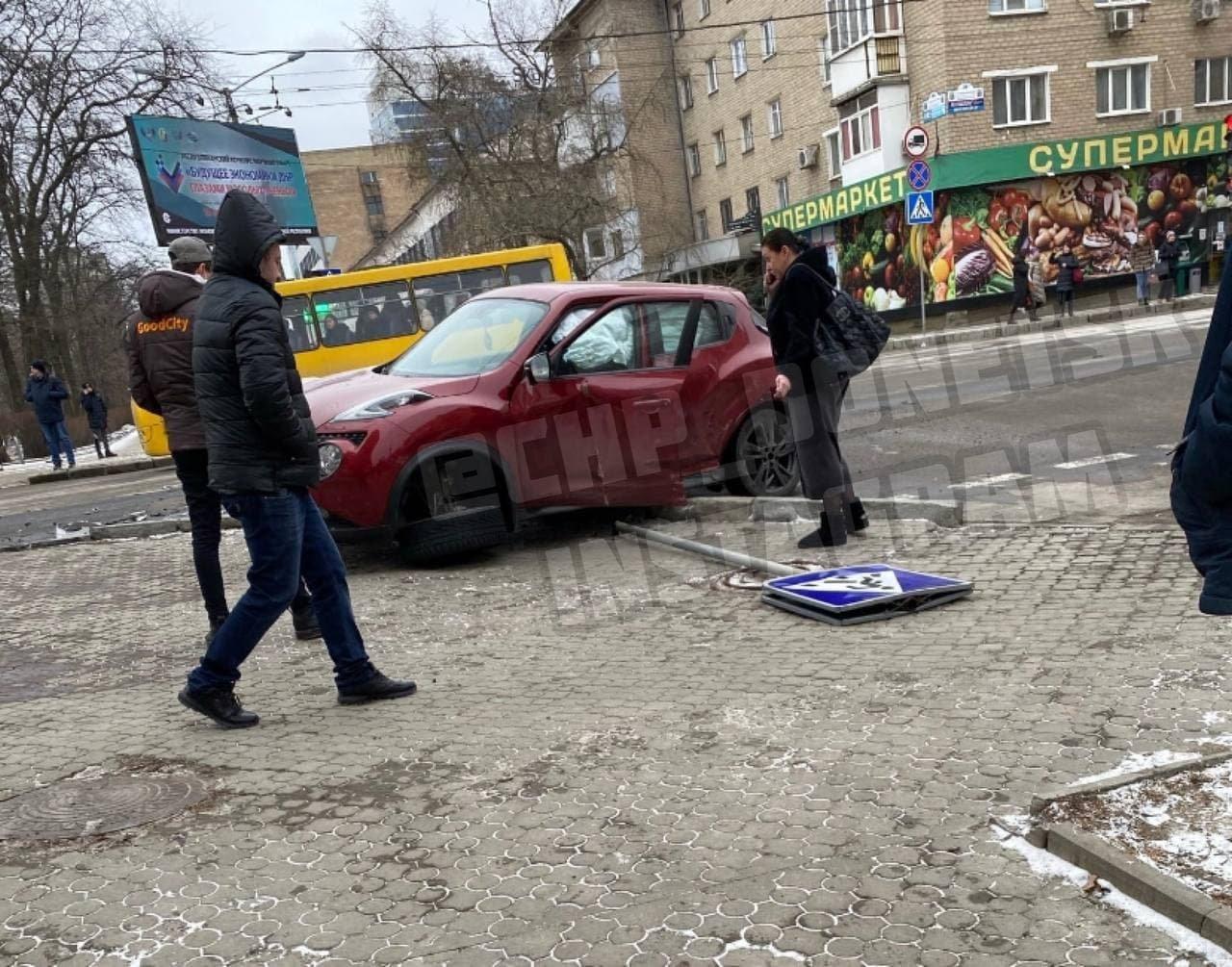 В центре Донецка в результате ДТП «Ниссан» снес дорожный знак, - ФОТО, фото-1