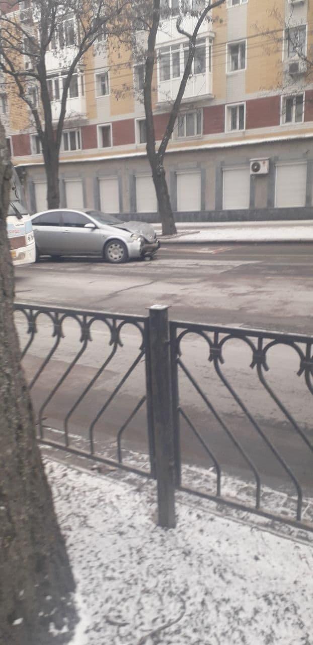 В центре Донецка в результате ДТП «Ниссан» снес дорожный знак, - ФОТО, фото-2